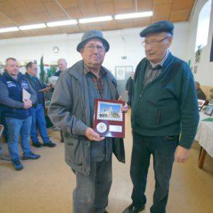 Zfr. Alfred Nicol mit dem Preis vom Oberbürgermeister