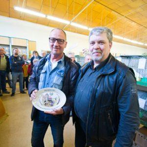 Hartwig Rogge mit einemTeller als Ehrenpreis