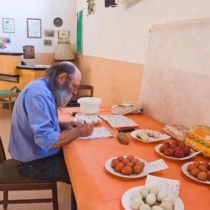 PR Fritz Drüen bei der Bewertung der Eier